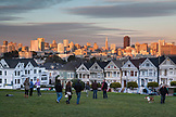 USA, California, San Francisco, NOPA, View of the city of San Francisco and the painted ladies from Alamo Park