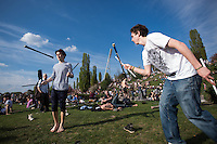 Berlin, Zwei Besucher  jonglieren am Sonntag (05.05.13) in Mauerpark in Berlin. Foto: Maja Hitij/CommonLens