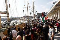 LA NAVE ESTELLE DEL MOVIMENTO FREEDOM FLOTILLA FA TAPPA NEL PORTO DI NAPOLI , PRIMA DI SALPARE PER GAZA NEL TENTATIVO DI ROMPERE L'EMBARGO ISRAELIANO E CONSEGNARE DONI E AIUTI ALLA POPOLAZIONE PALESTINESE.NELLA FOTO IL   SALUTO ALLA NAVE .FOTO CIRO DE LUCA