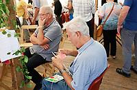 Nederland  Almere  2017.  De eerste editie van het Forever Young Festival. Foto mag niet in negatieve context gebruikt worden.  Het Forever Young Festival is een gratis festival met veel activiteiten en optredens voor 65-plussers. Breien aan de langste sjaal ooit. Man leert breien.    Foto Berlinda van Dam / Hollandse Hoogte