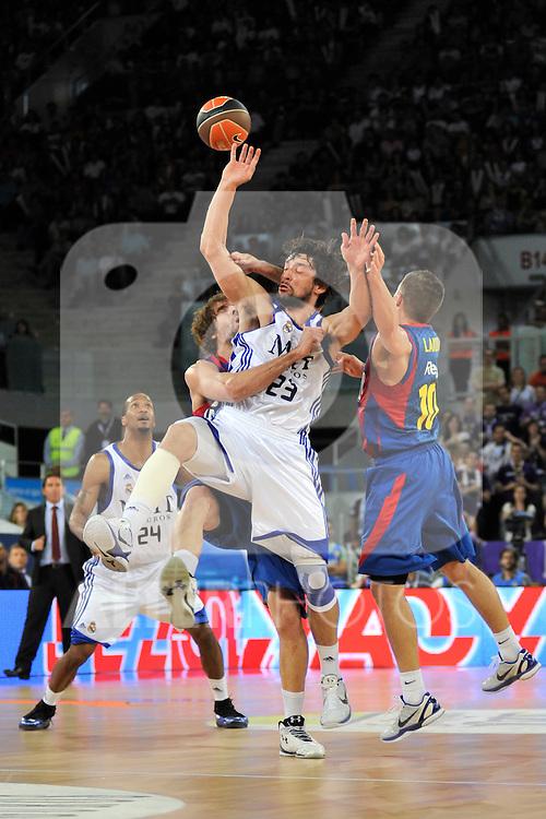 Llull, Grimau y Lackovic  luchan por un balón perdido.