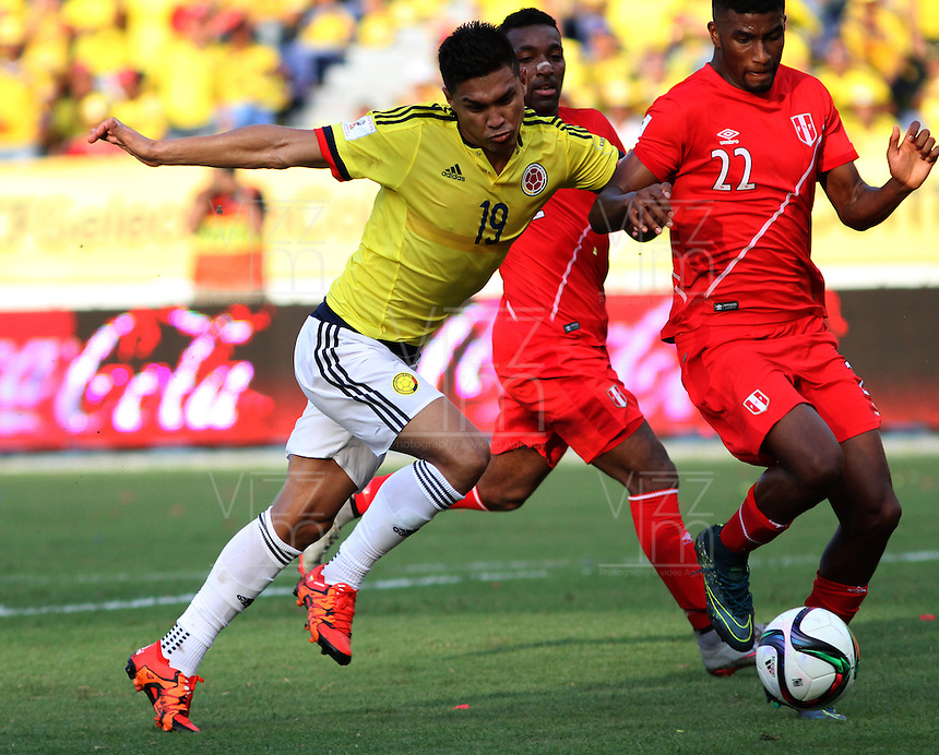 BARRANQUILLA  - COLOMBIA - 8-10-2015:Teofilo Gutierrez  jugador de la seleccion Colombia  disputa el balon con Carlos Ascues de la seleccion Peru durante primer partido  por por las eliminatorias al mundial de Rusia 2018 jugado en el estadio Metropolitano Roberto Melendez  / : Teofilo Gutierrez   player of Colombia  fights for the ball with Carlos Ascues of selection of Peru during first qualifying match for the 2018 World Cup Russia played at the Estadio Metropolitano Roberto Melendez. Photo: VizzorImage / Felipe Caicedo / Staff.