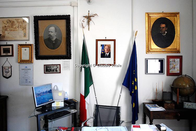 """La stanza del preside dellìIstituto Nautico """"Nino Bixio"""", dove ha studiato Schettino, Aniello Russo."""