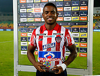 BUCARAMANGA-COLOMBIA, 07-03-2020: Fabian Viafara de Atletico Junior, recibe el trofeo como mejor jugador del partido al finalizar el juego entre Atletico Bucaramanga y Atletico Junior, de la fecha 8 por la Liga BetPlay DIMAYOR I 2020, jugado en el estadio Alfonso Lopez de la ciudad de Bucaramanga. / Fabian Viafara of Atletico Junior recieves the trophy as best plyer of the game at the end of a match between Atletico Bucaramanga and Atletico Junior, of the 8th date for the BetPlay DIMAYOR I Legauje 2020 at the Alfonso Lopez stadium in Bucaramanga city. / Photo: VizzorImage / Jaime Moreno / Cont.