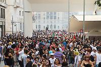SAO PAULO, SP, 02.11.2014 - ZOMBIE WALK / SAO PAULO - Jovens se concentram no centro da cidade de São Paulo para mais uma edição do Zombie Walk, neste domingo, dia 02. Zombie Walk é uma marcha pública de pessoas vestidas de zumbi que acontece em diversas cidades do mundo. O evento surgiu na Califórnia em 2001, e desde 2006 vem sendo feito anualmente em São Paulo, sempre no dia 2 de novembro (Dia de Finados). (Foto: Marcelo Brammer / Brazil Photo Press)