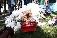 CURITIBA, PR,26.03.2016 - JUDAS-PR– Manifestantes contra governo realizam tradicional malhação do Judas com os bonecos do ex-presidente Lula e da presidente Dilma Rousseff (PT) em frente a sede da Justiça Federal em Curitiba (PR) na tarde deste sábado (26). (Foto: Paulo Lisboa/ Brazil Photo Press)