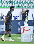 Alphonso Davies (Bayern) schaut auf die Meisterschale<br />Wolfsburg, 27.06.2020: nph00001: , Fussball Bundesliga, VfL Wolfsburg - FC Bayern Muenchen<br />Foto: Tim Groothuis/Witters/Pool//via nordphoto<br /> DFL REGULATIONS PROHIBIT ANY USE OF PHOTOGRAPHS AS IMAGE SEQUENCES AND OR QUASI VIDEO<br />EDITORIAL USE ONLY<br />NATIONAL AND INTERNATIONAL NEWS AGENCIES OUT