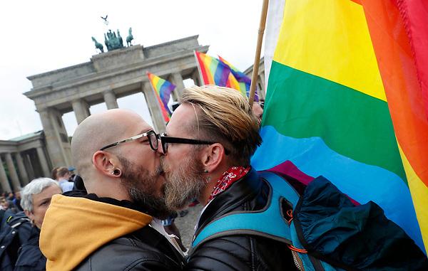 BE67 BERLÍN (ALEMANIA) 30/06/2017.- Una pareja se besa durante la celebración de la aprobación de la legalización del matrimonio homosexual en el Parlamento ante la Puerta de Brandemburgo en Berlín (Alemania) hoy, 30 de junio de 2017. El pleno de la Cámara baja alemana aprobó hoy la legalización del matrimonio homosexual, un proyecto impulsado por los socialdemócratas rompiendo el acuerdo de coalición con los conservadores de la canciller, Angela Merkel. EFE/Felipe Trueba