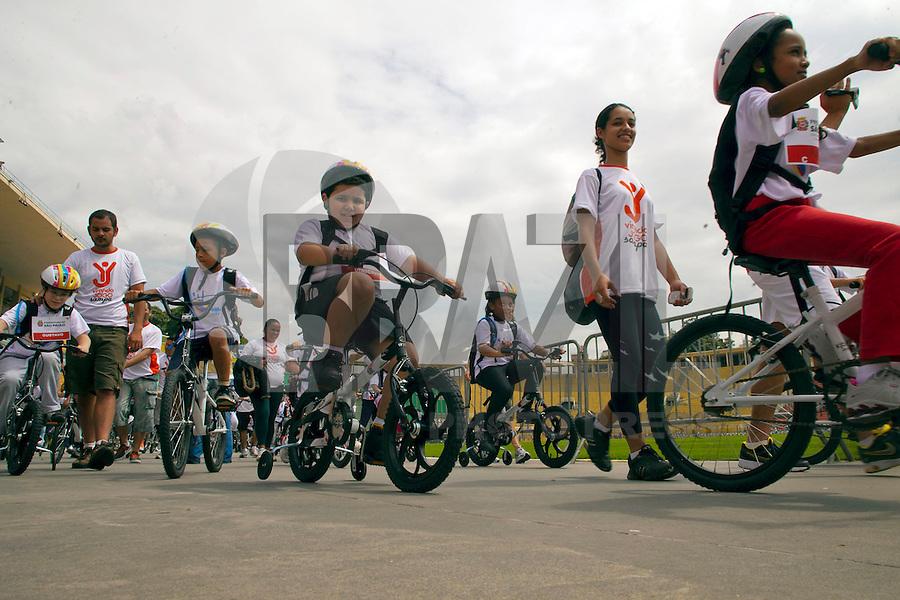 SAO PAULO, SP, 22 DE JANEIRO DE 2011 - KIDS BIKE TOUR -Prefeito Gilberto Kassab, abre neste domindo o passeio de ciclistas infantil, Kids Bike Tour, no estadio do Pacaembu, zona oeste da cidade. FOTO RICARDO LOU - NEWS FREE