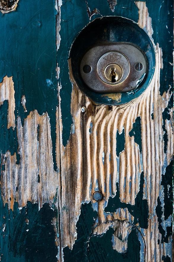 Nederland, Rotterdam, 9 juni 2013<br /> Huis met oude gesleten deur. Details van slijtage<br /> <br /> Foto(c): Michiel Wijnbergh