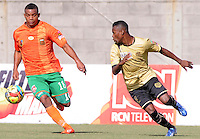ENVIGADO -COLOMBIA-19-10-2013. Farid Yusty Fabra (I) de Envigado disputa el balón con Carlos Arboleda (D) Itaguí válido por la fecha 15 de la Liga Postobón II 2013 realizado en el Parque Estadio de la ciudad de Envigado./ Farid Yusty Fabra (L) de Envigado fights for the ball with Itagui player Carlos Arboleda (R) valid for the 15th date of the Postobon League II 2013 at Parque Estadio in Envigado city.  Photo: VizzorImage/Luis Ríos/STR