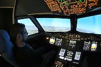 Ulli Dienelt aus Bad Camberg im A380 Flugsimulator auf dem Flughafen in Egelsbach