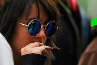 México DF 21/Diciembre/2015.<br /> Un pequeño grupo de jóvenes se dieron cita para fumar Mariguana y realizar el 4-20, en las inmediaciones del Senado de la República.<br /> Dicho acto se dio como una manifestación pacífica en donde hombres y mujeres fumaron mariguana sin que ninguna autoridad les dijera nada, todo esto a raíz de que la Primera Sala de la Suprema Corte de Justicia de la Nación (SCJN) aprobó un amparo que permite el uso de marihuana con fines recreativos a cuatro personas.