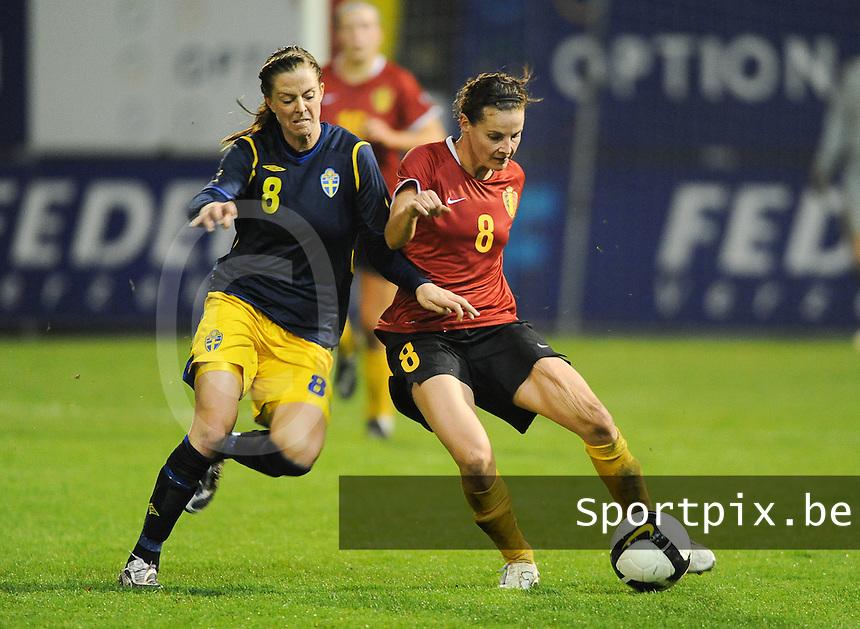 Belgium - Sweden : Femke Maes (rechts) in duel met Lotta Schelin.foto DAVID CATRY / Vrouwenteam.be