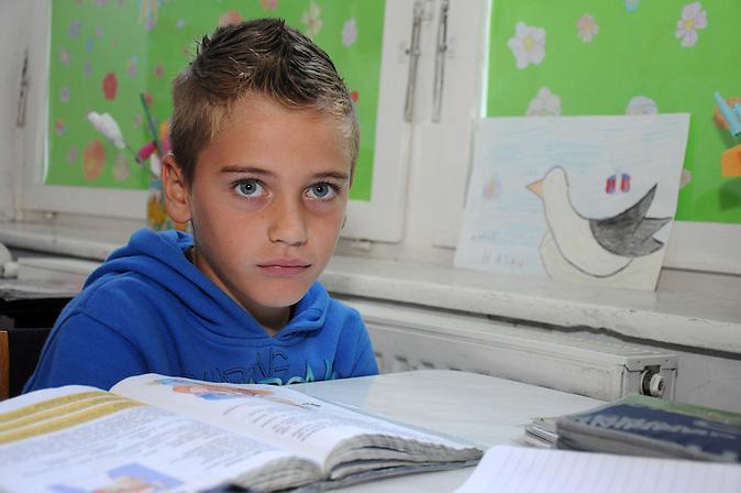 Amir ist Bosniake geht in die 5. Klasse und spielt in einer Fußballmannschaft. / Amir is Bosniake  is in the fifth Class and plays in a football team.