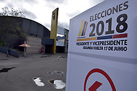 BOGOTA - COLOMBIA, 16-06-2018: Preparativos para la segunda vuelta de las elecciones presidenciales de Colombia de 2018 que se celebrarán el domingo 17 de junio de 2018. El candidato ganador gobernará por un periodo máximo de 4 años fijado entre el 7 de agosto de 2018 y el 7 de agosto de 2022. / Preparations to Colombia's 2018 second round presidential election that will be held on Sunday, June 17, 2018. The winning candidate will govern for a maximum period of 4 years fixed between August 7, 2018 and August 7, 2022. Photo: VizzorImage / Nicolas Aleman / Cont