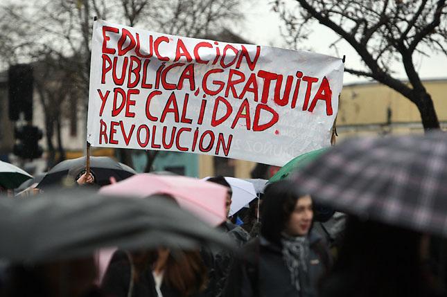SCH03. SANTIAGO DE CHILE (CHILE), 18/08/2011.- Varios miles de personas marchan bajo la lluvia hoy, jueves 18 de agosto de 2011, en el marco de las demandas estudiantiles por una mejor educación, en una calle de Santiago (Chile). A su turno, el presidente Sebastián Piñera reiteró que sólo el diálogo puede conducir a una solución del conflicto. EFE/MARIO RUIZ