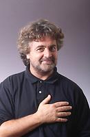 Giuseppe Piero Grillo, detto Beppe, è un comico, attore e politico italiano. Lanciato nel mondo della televisione alla fine degli anni settanta, raggiunse in pochi anni una grande popolarità. Dirice il partito Movimento 5 stelle in Italia. Milano, Teatro Smeraldo, ottobre 1993. © Leonardo Cendamo