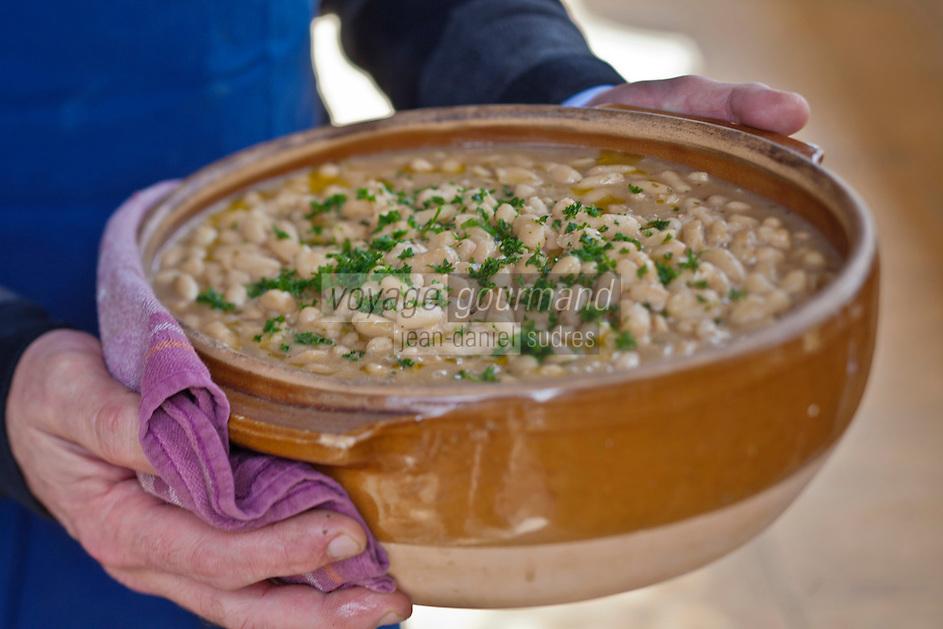 Europe/France/Midi-Pyrénées/82/Tarn-et-Garonne/Saint-Étienne-de-Tulmont: Christain Constant prépare  les haricots tarbais pour le Cassoulet