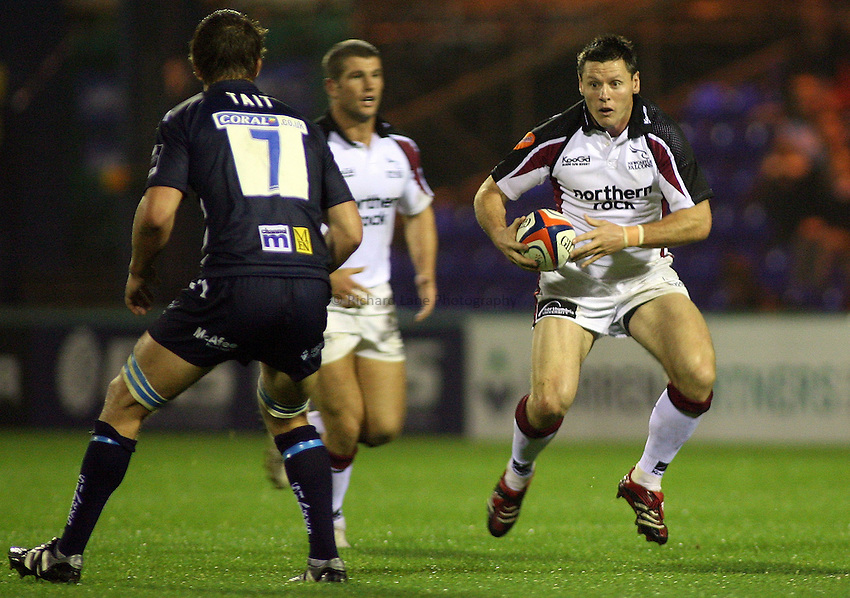 Photo: Paul Thomas..Sale Sharks v Newcastle Falcons. EDF Anglo-Welsh Cup. 29/09/2006...Matt Burke of Newcatsle (R) looks to attack.