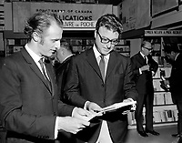 Le chanteur Gilles Vigneault et l'écrivain Roger Lemelin, <br />  Entre le 17 et le 23 juillet 1967<br /> <br /> Photographe : Photo Moderne<br /> - Agence Quebec Presse