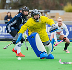 AMSTELVEEN - Kiki Gunneman (Pin) kan de bal van Kitty van Male (A'dam) niet meer stoppen   tijdens de hoofdklasse competitiewedstrijd dames, Pinoke-Amsterdam (3-4). COPYRIGHT KOEN SUYK