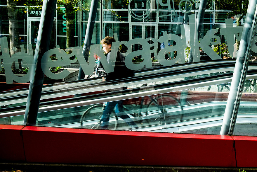 Nederland, Amsterdam, 20171003<br /> Amsterdam Zuidas. Zakencentrum van Amsterdam. Fietsenstalling tussen de torens van het World Trade Centre, WTC. <br /> <br /> Foto: (c) Michiel Wijnbergh
