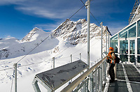 CHE, Schweiz, Kanton Bern, Berner Oberland, Grindelwald: Blick vom Aussichtspunkt Sphinx (Jungfraujoch) auf die Jungfrau 4.158 m und das Rottalhorn (links) 3.969 m - UNESCO Weltnaturerbe | CHE, Switzerland, Bern Canton, Bernese Oberland, Grindelwald: view from look-out Sphinx (Jungfraujoch) at Jungfrau mountain 13.642 ft. and Rottalhorn mountain (left) 13.022 ft. - UNESCO World Natural Heritage