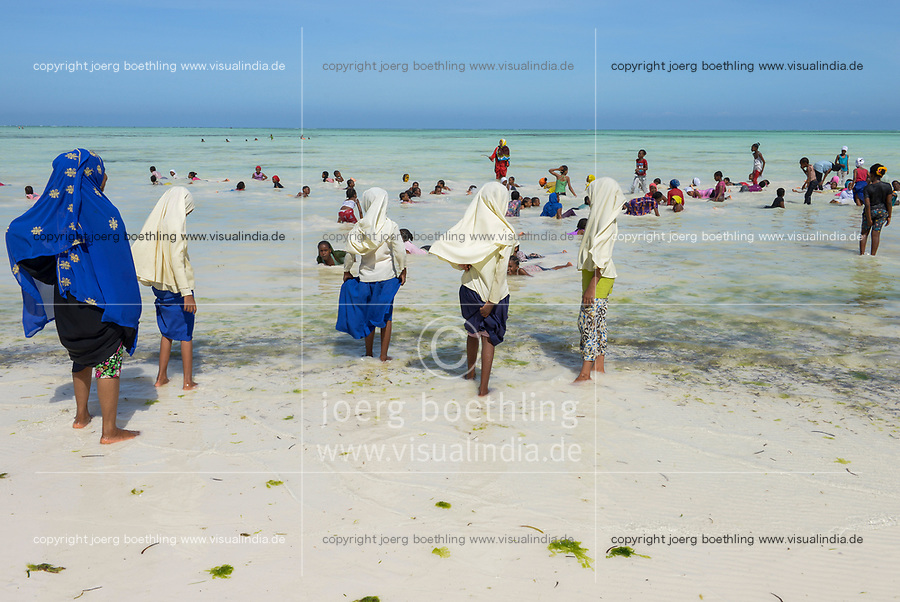 TANZANIA, Zanzibar, Paje, beach, Zanzibari children bathing at the beach during low tide / TANSANIA, Sansibar, Paje, Kinder am Strand Strand