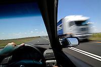links Verkehr: AFRIKA, SUEDAFRIKA, 14.01.2007: links Verkehr, rechts Steuer, Autobahn A1 zwischen Johannesburg und Kapstadt, LKW, verwischt, falsche Seite, ungewohnt, ungewoehnlich,  Umstellung, umstellen, nicht gewohnt, Auto fahren, Steuern, Verkehr, <br /><br />c o p y r i g h t : A U F W I N D - L U F T B I L D E R . de<br />G e r t r u d - B a e u m e r - S t i e g  1 0 2,  <br />2 1 0 3 5  H a m b u r g ,  G e r m a n y<br />P h o n e  + 4 9  (0) 1 7 1 - 6 8 6 6 0 6 9 <br />E m a i l      H w e i 1 @ a o l . c o m<br />w w w . a u f w i n d - l u f t b i l d e r . d e<br />K o n t o : P o s t b a n k    H a m b u r g <br />B l z : 2 0 0 1 0 0 2 0  <br />K o n t o : 5 8 3 6 5 7 2 0 9<br />C  o p y r i g h t   n u r   f u e r   j o u r n a l i s t i s c h  Z w e c k e, keine  P e r s o e n  l i c h ke i t s r e c h t e   v o r  h a n d e n,  V e r o e f f e n t l i c h u n g  n u r    m i t  H o n o r a r  n a c h  MFM, N a m e n s n e n n u n g und B e l e g e x e m p l a r !