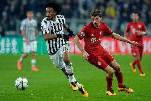 23.02.2016. Turin, Italy. UEFA Champions League football. Juventus versus Bayern Munich.  Juan Cuadrado plays the ball as Thomas Muller challenges