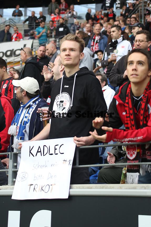 Eintracht Fan möchte das Trikot von Vaclav Kadlec - Eintracht Frankfurt vs. Hamburger SV, Commerzbank Arena