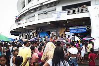 Presque tous les jours, des ONG avec l'aide de la VIlle de Tacloban viennent distriuber des sacs de donation qui contiennent nourriture, savon, moustiquaires ou encore ustensiles de cuisine. Tacloban, Novembre 2013. VIRGINIE NGUYEN HOANG
