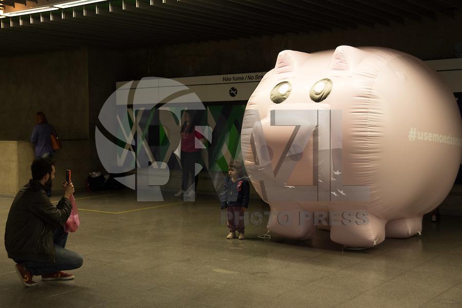 SÃO PAULO,SP, 21.09.2016 - ECONOMIA-SP - Um cofre de porquinho gigante foi instalado na Estação República do Metrô, no centro de São Paulo, nesta quarta-feira, 21, como parte de uma ação para incentivar passageiros a comprarem bilhetes com moedas. (Foto: Ciça Neder/Brazil Photo Press)