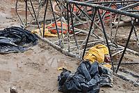 SAO PAULO, SP 22 DE JUNHO 2012 - ACIDENTE METRO Acidente ocorrido no inicio da tarde desta sexta - feira 22, deixou dois operários mortos no canteiro de obras da futura Estação Eucaliptos, da Linha 5-Lilás do Metrô. Os dois operários morreram devido serem atingidos por uma grua que caiu no canteiro de obras atingindo os mesmos.NA FOTO CORPO DOS OPERARIOS. FOTO VAGNER CAMPOS BRAZIL PHOTO PRESS