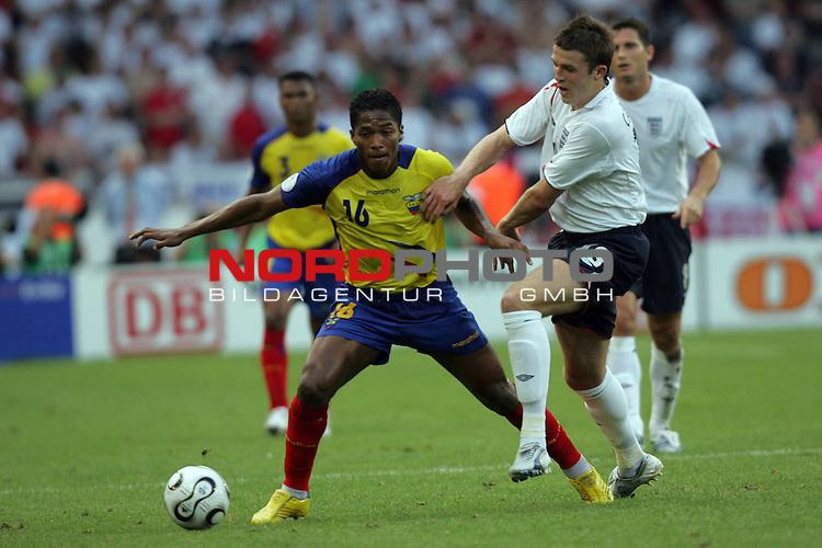 FIFA WM 2006 -  Round of Sixteen - / Achtelfinale<br /> Play    #51 (25-Jun) - England vs Ecuador<br /> <br /> Michael Carrick (rechts) von England im Zweikampf mit <br /> Segundo Castillo (links) von Ecuador.<br /> <br /> Foto &copy; nordphoto