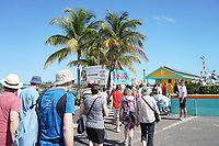 Touristen gehen an Land im Hafen von Nassau, Bahamas - 26.01.2020: Nassau