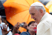 Papa Francesco saluta i fedeli sotto la pioggia al suo arrivo all'udienza generale del mercoledi' in Piazza San Pietro, Citta' del Vaticano, 9 ottobre 2013.<br /> Pope Francis greets faithful under the rain as he arrives for his weekly general audience in St. Peter's Square at the Vatican, 9 October 2013.<br /> UPDATE IMAGES PRESS/Riccardo De Luca<br /> <br /> STRICTLY ONLY FOR EDITORIAL USE