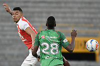BOGOTÁ - COLOMBIA, 04-02-2018: Yeison Gordillo (Izq.) jugador de Santa Fe disputa el balón con Larry Angulo (Der.) jugador del Patriotas durante el encuentro entre Independiente Santa Fe y Patriotas Boyacá por la fecha 1 de la Liga Águila I 2018 jugado en el estadio Nemesio Camacho El Campin de la ciudad de Bogotá. / Yeison Gordillo (L) player of Santa Fe struggles for the ball with Larry Angulo (R) player of Patriotas during match between Independiente Santa Fe and Patriotas Boyaca for the date 1 of the Aguila League I 2018 played at the Nemesio Camacho El Campin Stadium in Bogota city. Photo: VizzorImage/ Gabriel Aponte / Staff