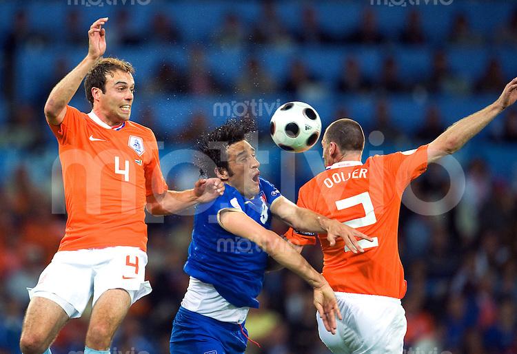 FUSSBALL EUROPAMEISTERSCHAFT 2008  Niederlande - Italien    09.06.2008 Luca TONI (Mitte, ITA ) im Zweikampf mit Joris MATHIJSEN (li) und Andre OOJIER (re, beide NED).