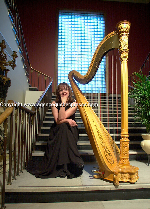 April,  2001, Montreal, Quebec, Canada<br /> <br /> A harp player sit beside her instrument before playing during a reception at the Montreal Museum of Fine Arts.<br /> Only verbal agreement for editorial use.<br /> No signed model and/or property release<br /> <br /> Mandatory Credit: Photo by Pierre Roussel- Images Distribution. (&copy;) Copyright 2001 by Pierre Roussel <br /> ON SPEC<br /> NOTE l Nikon D-1 jpeg opened with Qimage icc profile, saved in Adobe 1998 RGB.