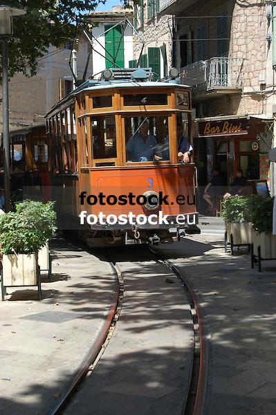 Ancient tramway crossing the main square in S&oacute;ller<br /> <br /> Antigua tranv&iacute;a cruzando la Plaza de la Constituci&oacute;n en S&oacute;ller<br /> <br /> Alte Stra&szlig;enbahn &uuml;berquert den Hauptplatz von S&oacute;ller<br /> <br /> 3008 x 2000 px<br /> 150 dpi: 50,94 x 33,87 cm<br /> 300 dpi: 25,47 x 16,93 cm