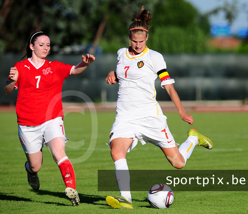 European Women's Under - 19 Championship 2011 Italy :.Switzerland - Belgium U19 : Justine Vanhaevermaet met het shot voor Michelle Probst.foto DAVID CATRY / VROUWENTEAM.BE