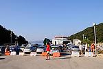 Warten auf die Fähre im Fährhafen von Valbiska. Waiting for the Ferry in the Ferryport of Valbiska, Krk Island, Dalmatia, Croatia. Insel Krk, Dalmatien, Kroatien. Krk is a Croatian island in the northern Adriatic Sea, located near Rijeka in the Bay of Kvarner and part of the Primorje-Gorski Kotar county. Krk ist mit 405,22 qkm nach Cres die zweitgroesste Insel in der Adria. Sie gehoert zu Kroatien und liegt in der Kvarner-Bucht suedoestlich von Rijeka.
