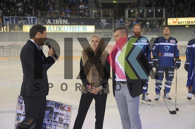 Gesch&auml;ftsf&uuml;hrer des ERC Ingolstadts Claus Gr&ouml;bner, Jakub Ficencec und Frau. beim Spiel, ERC Ingolstadt (blau) - Schwenninger Wild Wings (weiss).<br /> <br /> Foto &copy; PIX-Sportfotos *** Foto ist honorarpflichtig! *** Auf Anfrage in hoeherer Qualitaet/Aufloesung. Belegexemplar erbeten. Veroeffentlichung ausschliesslich fuer journalistisch-publizistische Zwecke. For editorial use only.
