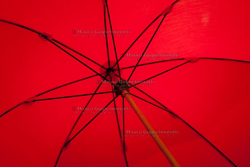 Cherbourg, gli ombrelli di Cherbourg, famosi in tutto il mondo. Particolare struttura interna Les parapluies de Cherbourg, reconnus dans le monde entier Umbrellas of Cherbourg, famous around the world , particolari
