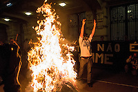 SAO PAULO, SP, 16.06.2014 - PROTESTO SAO PAULO - Manifestantes contrários à realização da Copa do Mundo e eliminação do povo de rua promovem uma partida de futebol de rua em frente à sala São Paulo, na Luz, no centro de São Paulo, durante protesto, nesta segunda-feira. Foto: Jardiel Carvalho/Brazil Foto Press.