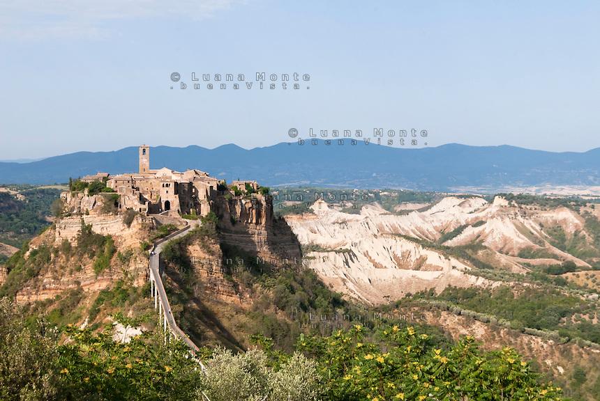 Civita di Bagnoregio e la Valle dei Calanchi riprese dal belvedere di Mercatello. Civita di Bagnoregio, 14 luglio 2012...