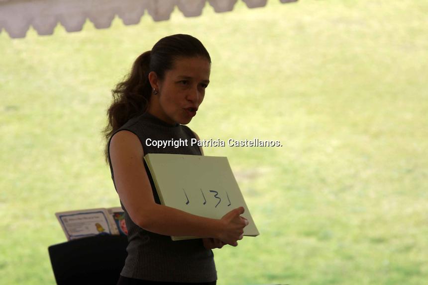 Oaxaca de Ju&aacute;rez. 14 de Noviembre de 2014.- Por cuarto a&ntilde;o consecutivo y como parte de las actividades del programa acad&eacute;mico de &ldquo;Instrumenta 2014&rdquo; en Oaxaca, la maestra de m&uacute;sica Edith Ruiz Zepeda ofreci&oacute; un taller para ni&ntilde;os con capacidades especiales que forman parte del Centro de Rehabilitaci&oacute;n Infantil Telet&oacute;n (CRIT) en la entidad.<br /> <br />  <br /> <br /> En este contexto, la docente especializada en esta rama de las bellas artes coment&oacute; que para ella esta experiencia que lleva haciendo desde hace 4 a&ntilde;os es incomparable; &ldquo;para mi es una de las cosas m&aacute;s lindas que vengo hacer a Instrumenta  cada a&ntilde;o, al principio solo ven&iacute;a a acompa&ntilde;ar a los grandes maestros, pero despu&eacute;s los organizadores descubrieron mi beta infantil y entonces empec&eacute; a venir y la verdad es que me encanta venir con los chicos&rdquo;.<br /> <br />  <br /> <br /> Ru&iacute;z Zepeda manifest&oacute; que para ella la m&uacute;sica tiene un significado &aacute;lgido de la expresi&oacute;n humana del cual no solo se puede disfrutar, sino tambi&eacute;n aprender ; &ldquo;yo estoy convencida que la m&uacute;sica siempre nos ayuda a ser m&aacute;s felices en todos los sentidos de la vida, sin embargo la m&uacute;sica no solo es crear placer y estar a gusto, sino que tambi&eacute;n tiene que ver con la formaci&oacute;n que podemos recibir, entonces yo siempre trato que toda experiencia cercana a la m&uacute;sica tambi&eacute;n sea una experiencia pedag&oacute;gica&rdquo;.<br /> <br />  <br /> <br /> La tallerista de &ldquo;Instrumenta Oaxaca 2014&rdquo;, indic&oacute; que su expectativa para estos cursos es que tanto los padres de los peque&ntilde;os, como los ni&ntilde;os aprendan algo nuevo cada vez que se acercan a la m&uacute;sica, desde alguna canci&oacute;n nueva, lenguaje, lectura en las notas, entre otros enfoques; &ldquo;esto es parte de los principales enfoques