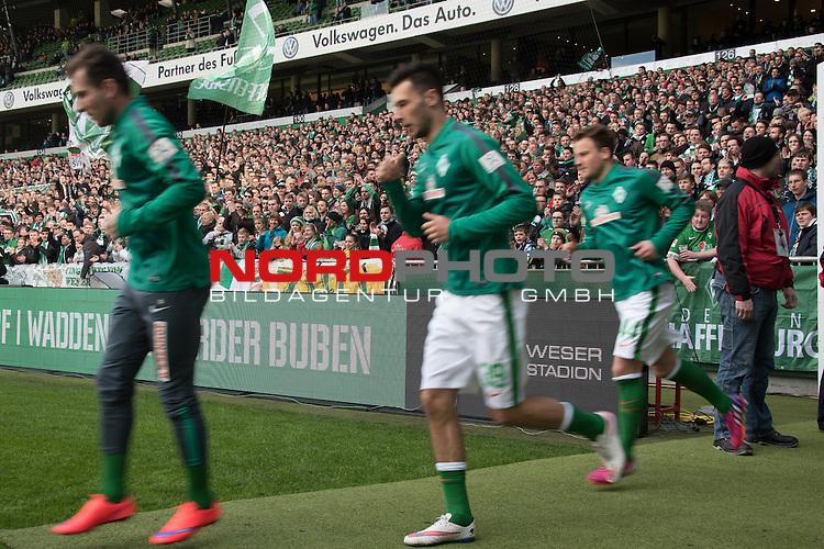 04.04.2015, Weser Stadion, Bremen, GER, 1.FBL. Werder Bremen vs 1. FSV Mainz 05, im Bild<br /> <br /> Feature - Spieler laufen vor dem Spiel zum warmmachen ins Stadion - Wischer - Ostkurve Fans <br /> <br /> hier Izet Hajrovic (Bremen #14) Lukas F&ouml;rde / Friede (Bremen #39) Philipp Bargfrede (Bremen #44)<br /> <br /> <br /> <br /> Foto &copy; nordphoto / Kokenge